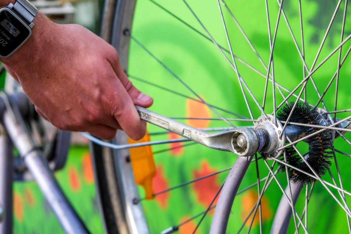 Symbolbild am Fahrrad schrauben